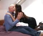 Brunetka uspokojí svojho staršieho manžela