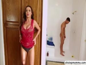 Nevlastná mama bude nadržaná potom čo uvidí chalana nahého v sprche