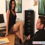 Potetovaná sekretárka Rachel Starr dostane chuť na mladého muža