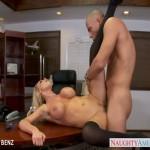 Sekretárka Nikki Benz ošuskaná v kancelárií